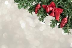 Weihnachtsbaum mit Dekoration auf bokeh Hintergrund Lizenzfreies Stockbild