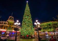 Weihnachtsbaum mit Dekoration, Weihnachtsb?lle lizenzfreie stockfotografie