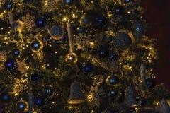 Weihnachtsbaum mit Dekorationen Stockbild