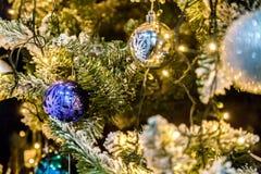 Weihnachtsbaum mit Dekorationen Lizenzfreie Stockfotos