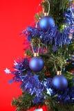 Weihnachtsbaum mit Dekorationen und Geschenken Stockfoto
