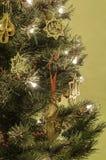 Weihnachtsbaum mit Dekorationen und Leuchten Stockbilder