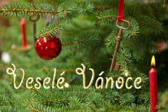Weihnachtsbaum mit dem Schreiben von frohen Weihnachten auf Tschechisch Lizenzfreie Stockfotografie