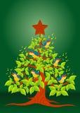 Weihnachtsbaum mit den bunten singenden Vögeln und hölzernem Stern auf grünem Hintergrund Stockfoto