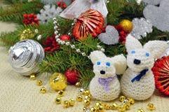 Weihnachtsbaum mit den Verzierungen und gestrickten Hasen lustig, in einem rusti Lizenzfreies Stockbild