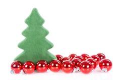 Weihnachtsbaum mit den Weihnachtsbällen lokalisiert über Weiß Stockfoto