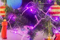 Weihnachtsbaum mit elektrischem Licht und Verzierungsball und -geschenk stockbild