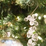 Weihnachtsbaum mit Feiertagsglasanhänger und -lichtern Abschluss oben Abbildung innen Lizenzfreies Stockfoto