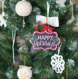 Weihnachtsbaum mit frohe Feiertage Zeichen Stockfotos