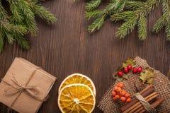 Weihnachtsbaum mit Geschenkbox und Dekorationen auf hölzernem backgroun Stockfotografie
