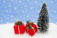 Weihnachtsbaum mit Geschenken Stockbild