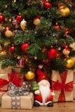 Weihnachtsbaum mit Geschenken darunter Stockfotos