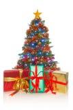 Weihnachtsbaum mit Geschenken in der Front Stockbilder