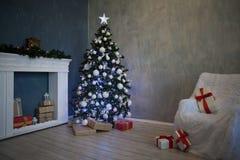 Weihnachtsbaum mit Geschenken, Girlande beleuchtet neues Jahr 2018 2019 Lizenzfreies Stockfoto