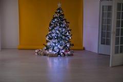 Weihnachtsbaum mit Geschenken, Girlande beleuchtet neues Jahr Lizenzfreies Stockbild