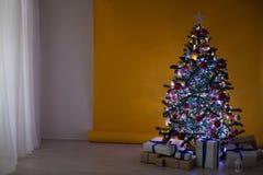 Weihnachtsbaum mit Geschenken, Girlande beleuchtet neues Jahr Stockfoto