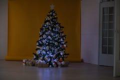 Weihnachtsbaum mit Geschenken, Girlande beleuchtet neues Jahr Stockbild