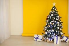 Weihnachtsbaum mit Geschenken, Girlande beleuchtet neues Jahr Stockbilder