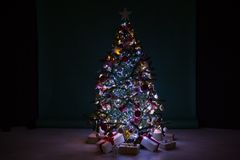 Weihnachtsbaum mit Geschenken, Girlande beleuchtet neues Jahr Stockfotos