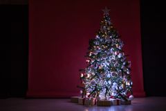 Weihnachtsbaum mit Geschenken, Girlande beleuchtet neues Jahr Lizenzfreies Stockfoto