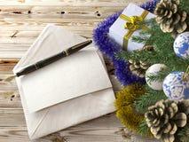 Weihnachtsbaum mit Geschenken, Stift und Buchstaben Lizenzfreie Stockfotografie