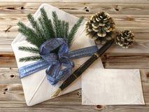 Weihnachtsbaum mit Geschenken, Stift und Buchstaben Stockfotos