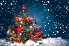 Weihnachtsbaum mit Girlande von Lichtern und von Dekorationen Lizenzfreie Stockfotografie