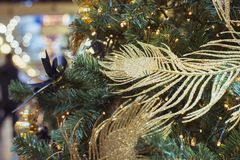 Weihnachtsbaum mit goldenen Bällen und Lichter mit Kopienraum auf unscharfem bokeh Hintergrund im Mall Abschluss oben Abstraktes  Stockfoto