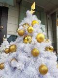 Weihnachtsbaum mit Goldkugel Stockbilder