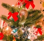 Weihnachtsbaum mit großen Schneeflocken- und -ROTbögen Stockbild