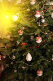 Weihnachtsbaum mit hängenden Verzierungen Stockbild