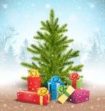 Weihnachtsbaum mit hellen Geschenkboxen im Schnee auf Bretterboden an Lizenzfreie Stockfotos