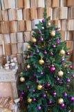 Weihnachtsbaum mit Kamin Meldet Hintergrund an Lizenzfreie Stockfotografie