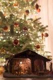 Weihnachtsbaum mit Krippe Stockfoto