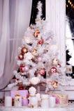 Weihnachtsbaum mit Leuchten und Geschenken lizenzfreie stockbilder