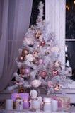 Weihnachtsbaum mit Leuchten und Geschenken stockfoto
