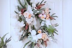 Weihnachtsbaum mit Lichtern und Blumen stockbilder