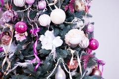 Weihnachtsbaum mit Lichtern und Blumen stockfoto