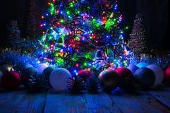 Weihnachtsbaum mit Lichtern und Dekorationen Stockbild