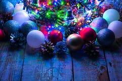 Weihnachtsbaum mit Lichtern und Dekorationen Lizenzfreies Stockbild
