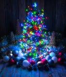 Weihnachtsbaum mit Lichtern und Dekorationen Stockfoto