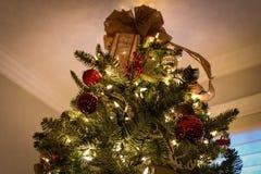 Weihnachtsbaum mit Lichtern, Verzierungen u. Stern | Weihnachtsbäume lizenzfreies stockfoto