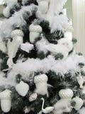 Weihnachtsbaum mit nur weißen Dekorationen, Vögeln, den Drüsen, den Schwänen, den Federn und Schnee lizenzfreies stockbild