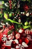 Weihnachtsbaum mit Pfefferminz-Süßigkeit Stockbild