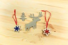 Weihnachtsbaum mit Ren und Schneeflocken auf einem hölzernen backgrou Stockfotos