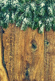 Weihnachtsbaum mit Schnee auf hölzernem Hintergrund Flache Schärfentiefe Lizenzfreie Stockbilder