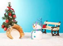 Weihnachtsbaum mit Schneemann und roten Bällen Lizenzfreies Stockfoto