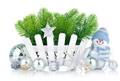 Weihnachtsbaum mit Schneemann und silbrigen Bällen Lizenzfreie Stockfotografie