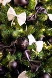 Weihnachtsbaum mit schwarzen Kugeln und Bögen Stockfoto