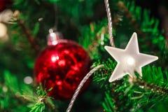 Weihnachtsbaum mit Spielwaren Lizenzfreie Stockfotos